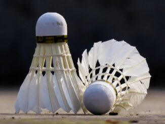 spille badminton